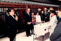 「能登渚亭」の開業式にはピエール・カルダン氏(左からも2人目)を招いた。左端が本人