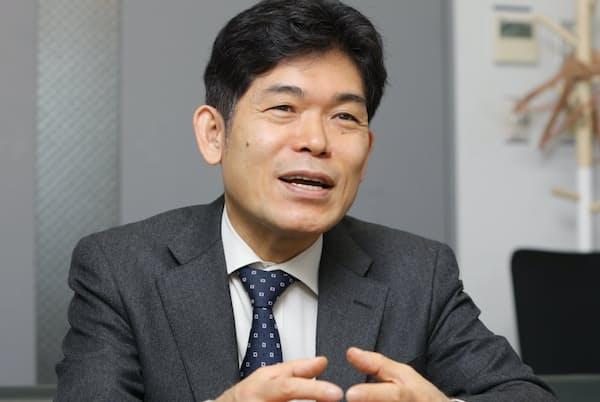 1963年生まれ。日本の中学を卒業後、独学で大学入学資格検定試験に合格。慶応義塾大学経済学部通信教育課程卒業。東京大学大学院経済学研究科博士課程修了。「40歳定年制」を提唱。