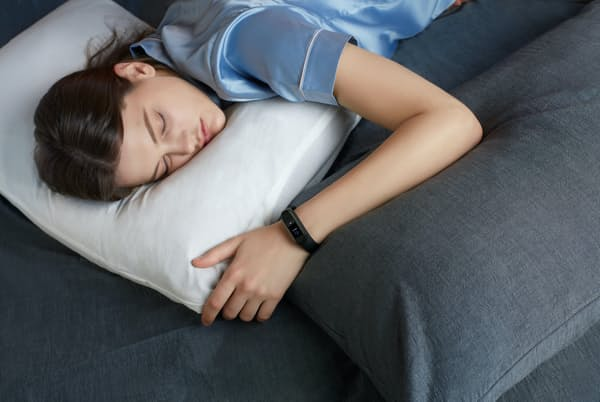 睡眠に関心を持つ人が増えている。写真は低価格で人気のスマートウオッチ「Mi Band 4」