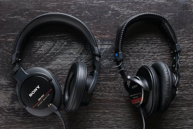 ソニーのスタジオモニターヘッドホン「MDR-M1ST」(左)と「MDR-CD900ST」(右)