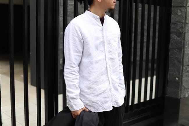 「基本」ともいえる白シャツは何枚か持っておきたいアイテム