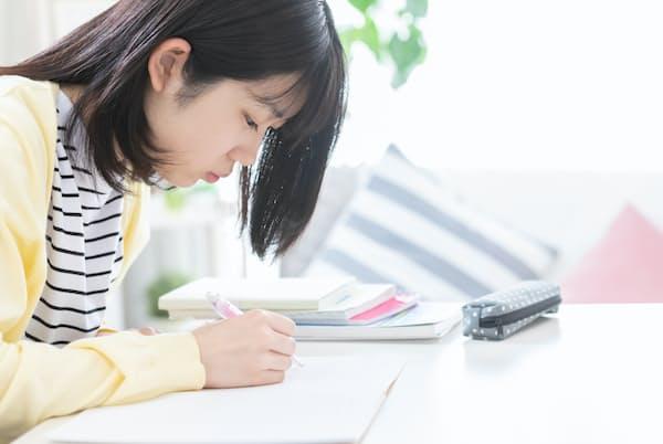 臨時休校は過去にさかのぼって苦手科目を学び直す機会になる(写真はイメージ)=PIXTA