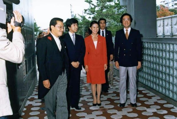 カンガルーハウスの落成時は高円宮殿下・同妃殿下(左から2人目、3人目)も来訪された。左端が本人