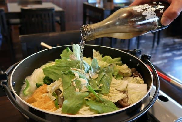 肉や野菜に日本酒をたっぷり注ぐ(佛蘭西屋)