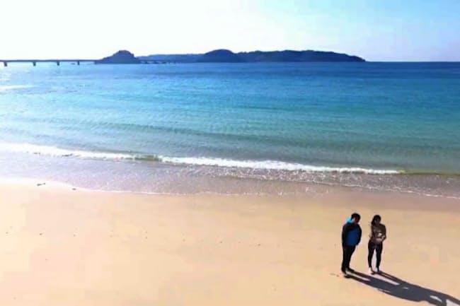 ドローンが飛行可能な海岸で角島と海をバックに自分を撮影した(山口県下関市)
