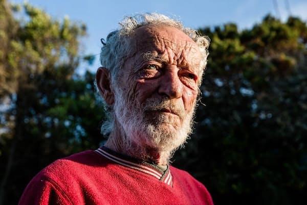 イタリア、ブデッリ島に31年間たった1人で住み続けるマウロ・モランディ氏。隠とん生活について「刑務所にいるようなものです。でも、自分で選んだ刑務所です」と語った(Photograph by Michele Ardu)