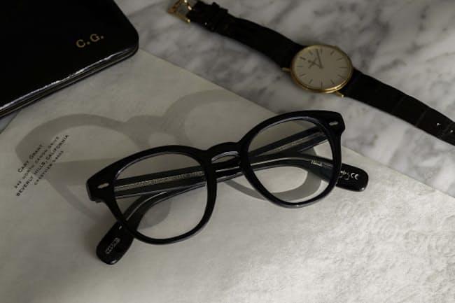 太セルメガネをかけると、化粧のアイラインのようにキリッとした印象になる