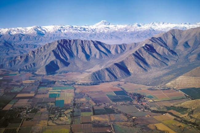 三菱商事の入社6年目で「課長」格として南米チリに赴任した。背後に見えるのはアンデス山脈