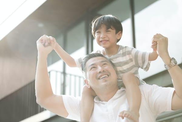 心身の健康維持には体を使ってだれかと一緒に遊ぶことが大切という(写真はイメージ)=PIXTA