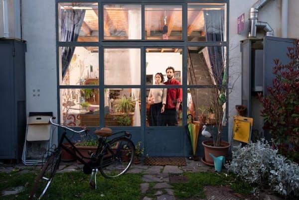 イタリア、ミラノで隔離生活を送るグレタ・タニーニさんとクリストフォロ・リッピさん。タニーニさんはオンラインの授業を取り、リッピさんは美術の卒業制作に取り組んでいる。ふたりは普段は別々に暮らしているが、外出禁止令が出されて以来タニーニさんの家で生活している(PHOTOGRAPH BY GABRIELE GALIMBERTI, NATIONAL GEOGRAPHIC)