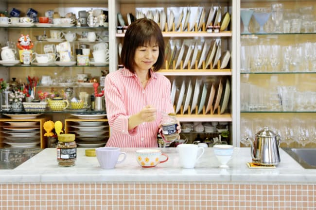 富田さんは「インスタントなら誰でも簡単においしく作れ、管理も楽」と話す(東京都目黒区)=山田 麻那美撮影