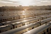 ニューヨークのジェイコブ・K・ジャビッツ・コンベンション・センターの近くに、ロングアイランド鉄道の空っぽの列車が停められている。ジャビッツ・センターは現在、COVID-19の仮設病院として使用されている(PHOTOGRAPH BY JASON LECRAS)