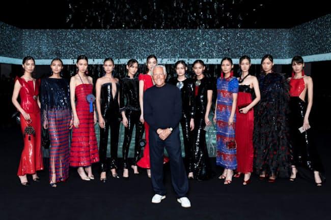 ジョルジオ・アルマーニ氏(中央)は無観客でのショー開催を決め、ショーの後半では中国に着想したルックを登場させて中国を激励した(20~21年秋冬コレクション)