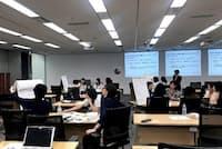 日本IBMの女性管理職育成プログラム「W50」でグループワークをする女性社員たち