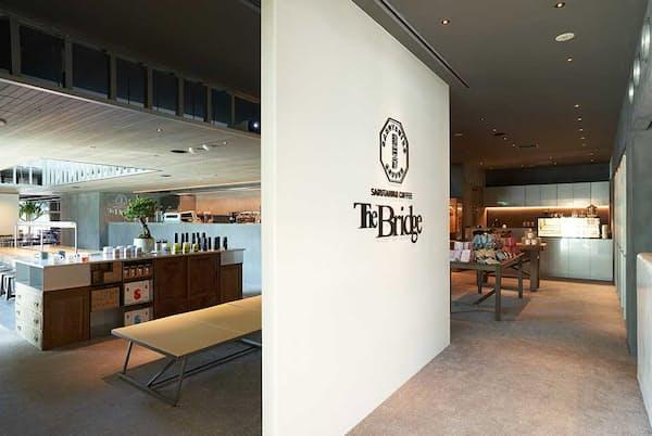 JR原宿駅2階にオープンした「猿田彦珈琲 The Bridge」。営業時間は午前8時~午後10時。約140席