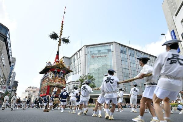 祇園祭前祭の山鉾巡行で披露された長刀鉾の「辻回し」(2019年7月、京都市)