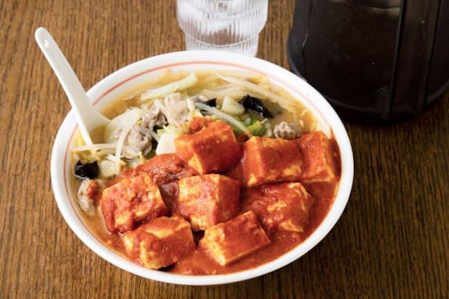 野菜たっぷり味噌タンメンの上に激辛麻婆豆腐がトロリ=写真 山川修一