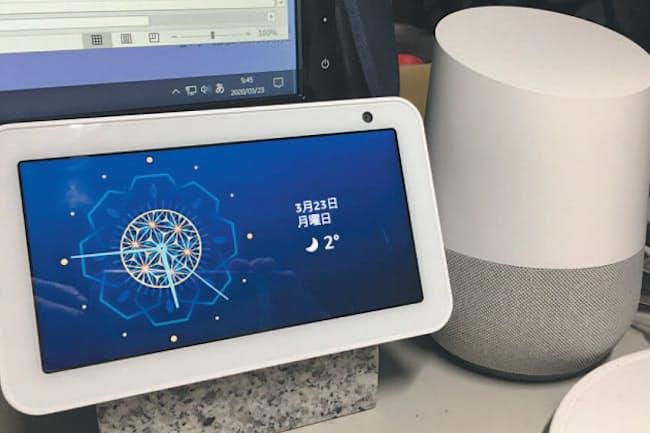 筆者が利用しているスマートスピーカーの一部。左はアマゾンの「Echo Show 5」、右はグーグルの「Google Home」。声で命令するだけで、対応する音楽配信サービスの曲を流せるので便利だ