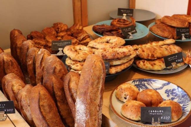 バゲット、食パン、クロワッサンなどの定番と菓子パンや調理パンなど約40種類が並ぶ