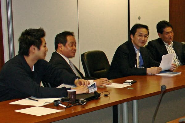 英国駐在時代、商談に臨む柿木氏(右から2人目)
