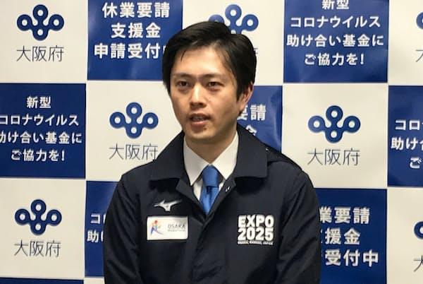 「作業衣ジャンパー」姿で取材に応じる大阪府の吉村洋文知事