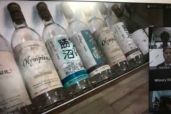 まるき葡萄酒に展示されている昔のボトル。現在のボトルと比較するとラベルの統一感に乏しい