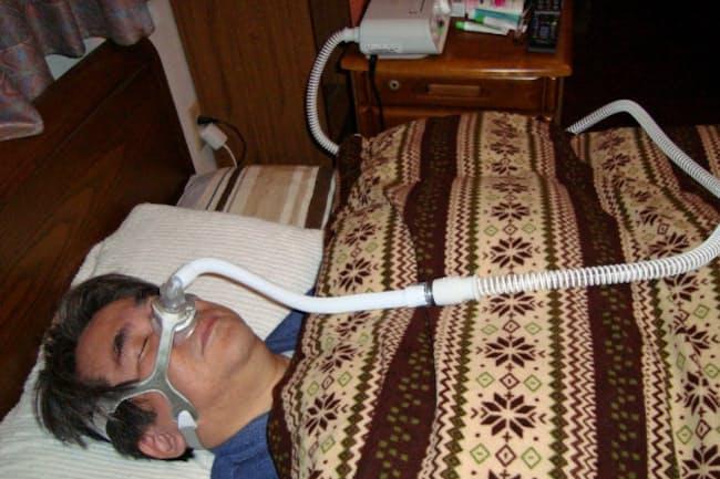 CPAPを使う患者男性は「機械の音も気にならずよく眠れる」という