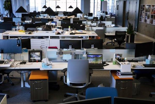 米B+Hアーキテクツ社のシアトルオフィス。デスクは「ベンチング」と呼ばれるスタイルで、横に並べられている(PHOTOGRAPH BY RUTH FREMSON, THE NEW YORK TIMES VIA REDUX