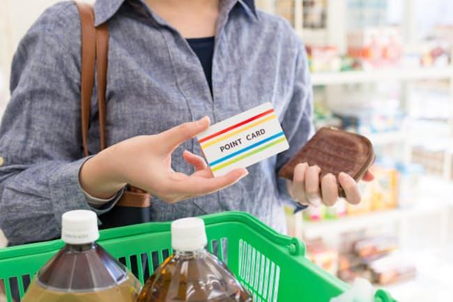 買い物時にはポイントを意識して(写真はイメージ=PIXTA)