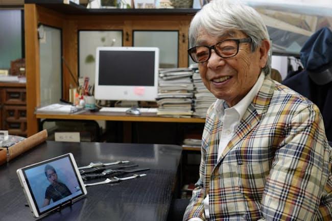 カシオ計算機の泉潤一さんとテレビ会議で対談する石津祥介さん