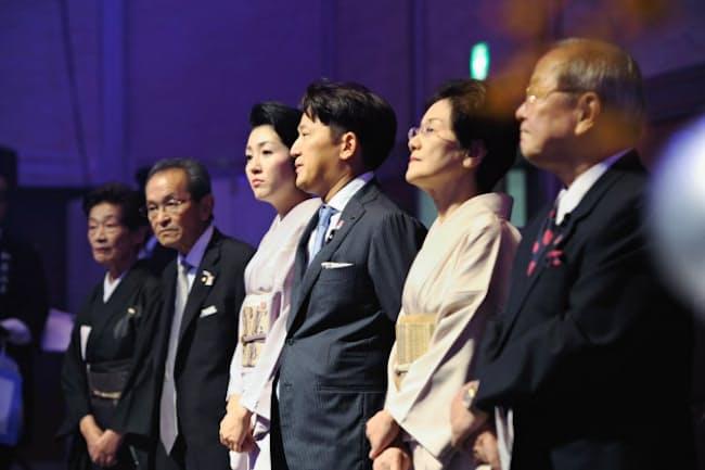 2014年4月に長男の與之彦氏(右から3人め)が社長に就任した。右から5人めが本人
