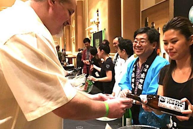 外国人に吟醸酒をアピールする出羽桜の仲野益美社長(右から2番目)