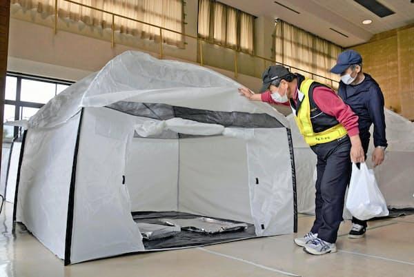 避難所の「3密」を防ぐため設置された簡易テント(5月16日、福島市の防災訓練)