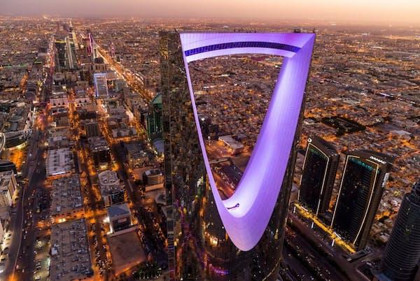サウジアラビアの首都リヤドにある高さ302メートルのキングダムセンター。豊富な石油で成り立つ王国を反映している(PHOTOGRAPH BY GEORGE STEINMETZ)