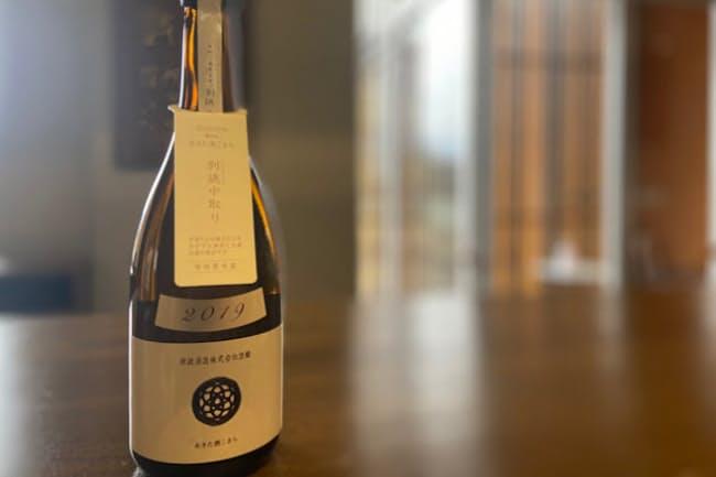 木おけ仕込みの新政酒造の日本酒「生成 2019 -Ecru-(エクリュ)」(通常品と、最も香り、味のバランスが良いなかどり―写真―の商品があり、それぞれ税別1370円と1833円。いずれも720ミリリットル瓶)。今年リリースの酒から使用米の精米方法が大きく変わった。写真提供:新政酒造