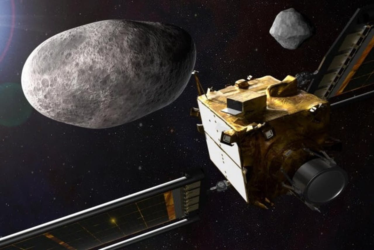 NASAが初めて実施する地球防衛ミッションDARTでは、小惑星に宇宙船を猛スピードで衝突させ、その軌道を変えられることを実証しようとしている(ILLUSTRATION BY NASA/JOHNS HOPKINS APL)