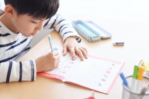 家庭学習用のドリルなど出費がかさんだ家庭も(写真はイメージ=PIXTA)