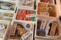 原宿店の店先で鮮魚を販売している(東京都渋谷区)