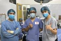 清水さん(中央)は明田さん(左)、矢津さん(右)と中学時代からの同級生。ともに眼科医となり、3人で起業も果たした