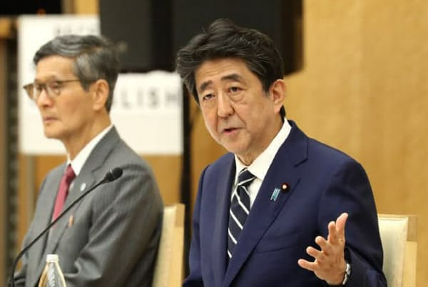 緊急事態宣言の全面解除を決め、諮問委員会の尾身会長(左)と記者会見する安倍首相(5月25日、首相官邸)