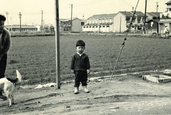 幼少の頃に自宅前で(大阪市住吉区)