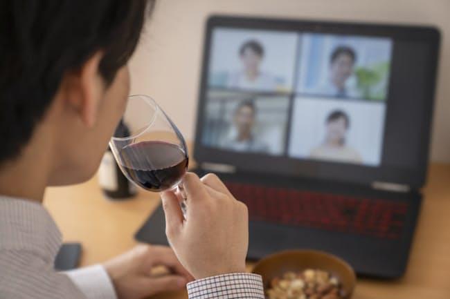 通常の飲み会とオンライン飲み会を「併用」すれば支出は抑えられる(写真=PIXTA)