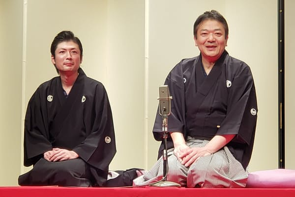弟子・談洲(だんす)さん(左)の二ツ目昇進披露公演にのぞんだ談笑師匠(2020年2月)