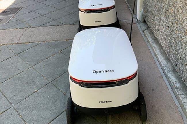 マウンテンビューのダウンタウンを行き来するデリバリーロボット(米カリフォルニア州マウンテンビュー市)