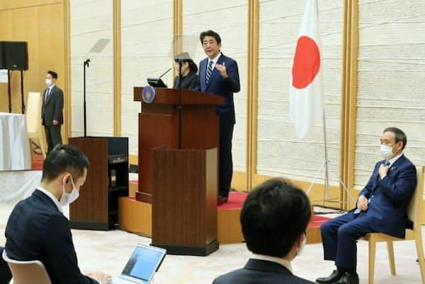 緊急事態宣言の全面解除を決め、記者会見する安倍首相(5月25日、首相官邸)