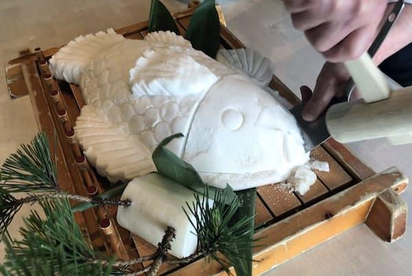 「銀波荘」の「鯛の塩釜」。陶器のように硬くなった塩を木づちで割る