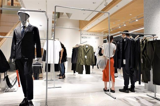 6月29日まで期間限定でNEWoMan(ニュウマン)新宿(東京・新宿)1階に出店する「ワークウェアスーツ」のポップアップショップ。水道管で組んだハンガーラックが同社らしい