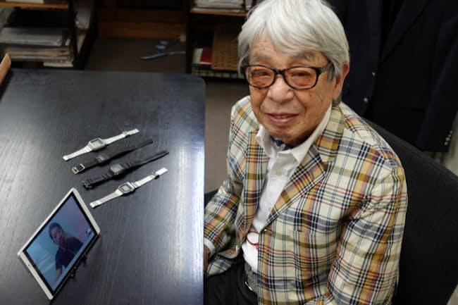 石津祥介さん。机の上にあるのが、父である石津謙介さんが愛用した時計