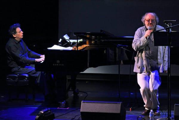 ハル・ウィルナー(右)は作曲家フィリップ・グラス(左)とステージに立ったこともある(C)Everett collection/amanaimages