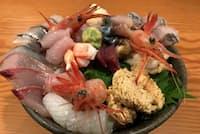 「能登前幸寿し」の海鮮丼は10種類以上の地元産魚介類を盛り付ける